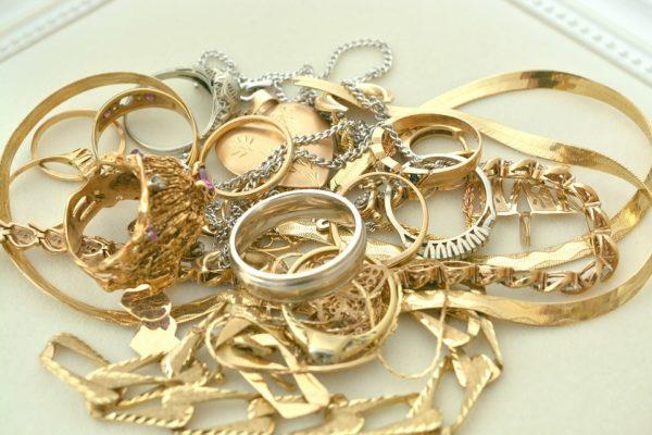 Comment combiner vos bijoux en or avec style